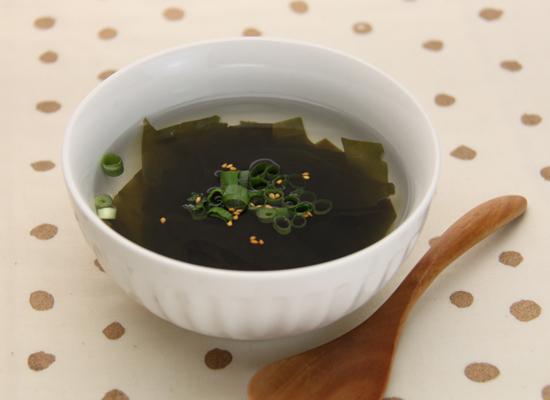 白だしを薄めるだけ♪わかめのねぎごまスープ