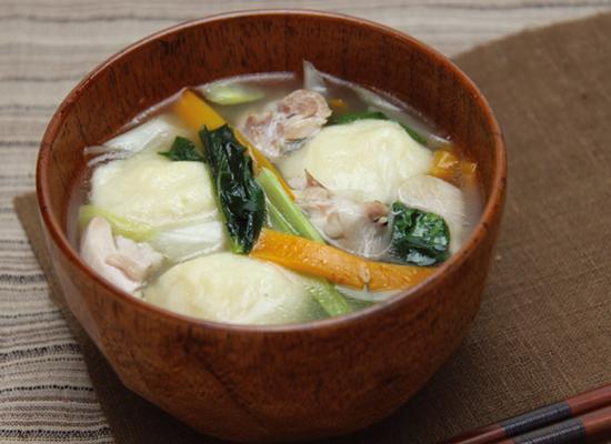 寒い日にぴったり♪コロンと豆腐のだんご汁