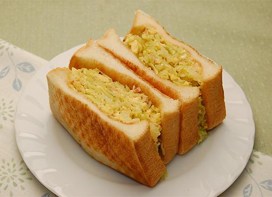 たっぷり春キャベツとたまごのサンドイッチ