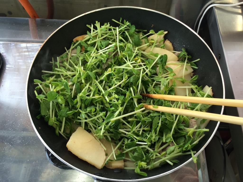 竹の子と豆苗と豚肉の玉子炒め:手順2