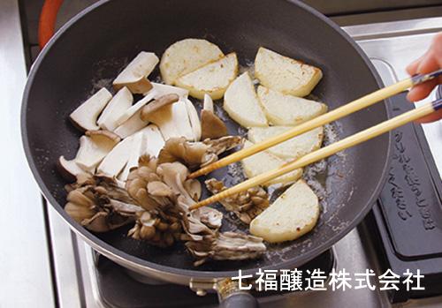 きのこと山芋の白だしバター炒め:手順1