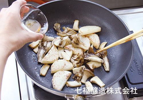 きのこと山芋の白だしバター炒め:手順2