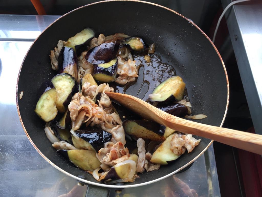 卵黄とろり♪なすと豚肉のスタミナ丼:手順2