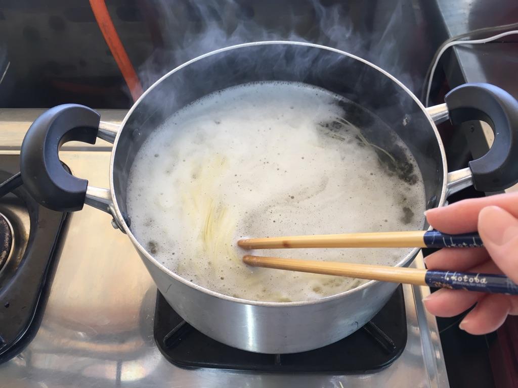 冷し中華簡単アレンジ|豚肉と玉子炒めのせ:手順0