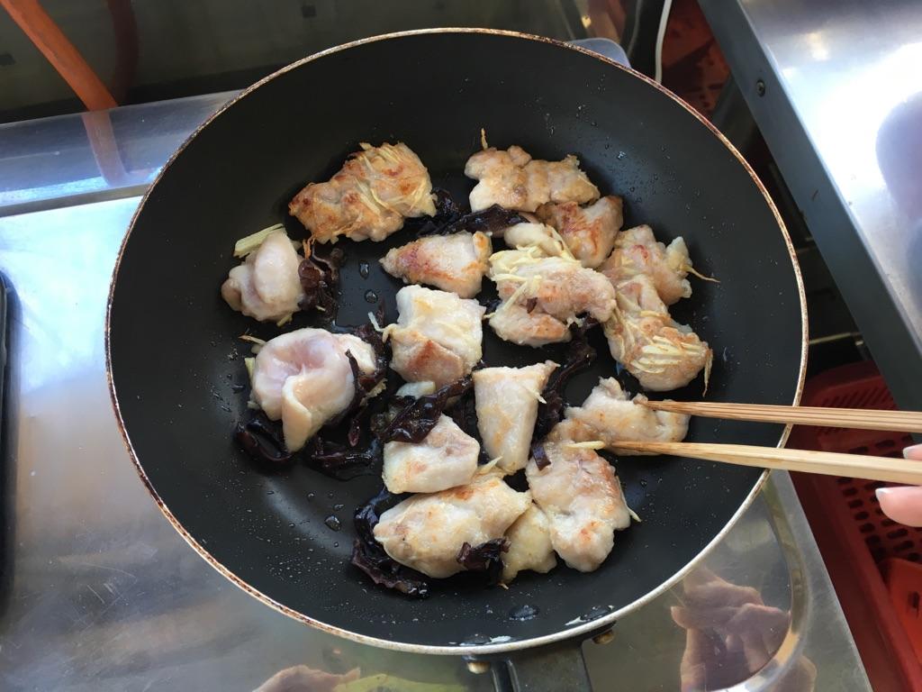 白菜と鶏肉きくらげの生姜炒め:手順1