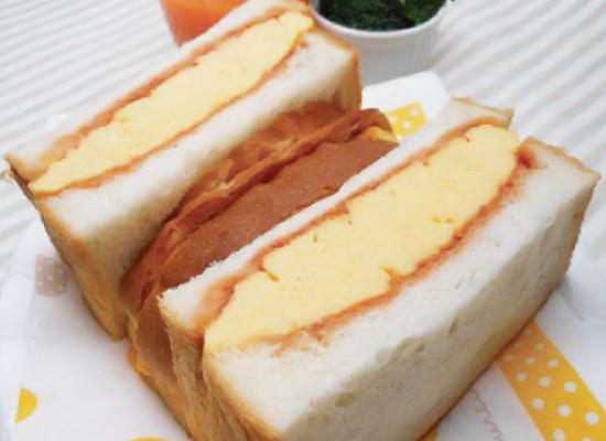 チーズオムレツのサンドイッチ